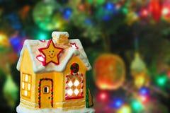 Casa y árbol de navidad de iluminación imagen de archivo libre de regalías
