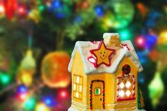 Casa y árbol de navidad de iluminación imágenes de archivo libres de regalías
