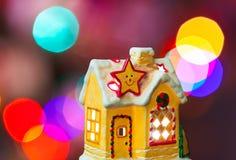 Casa y árbol de navidad de iluminación imagenes de archivo