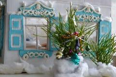 Casa y árbol de navidad rusos viejos Fotos de archivo libres de regalías