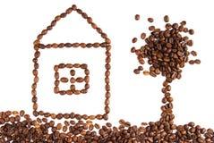 Casa y árbol hechos con los granos de café foto de archivo libre de regalías