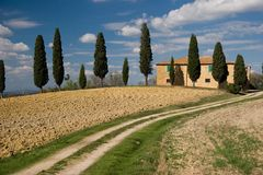 Casa y árboles en campo Foto de archivo