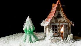 Casa y abeto del juguete en nieve almacen de metraje de vídeo