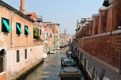 Casa y barcos viejos en Venecia Foto de archivo