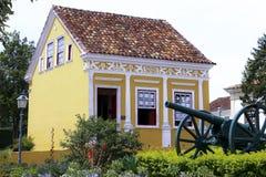 Casa y cañón históricos en Lapa (el Brasil) Foto de archivo