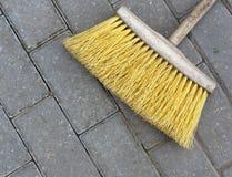 Casa y calle que limpian el cepillo amarillo Fotografía de archivo