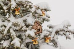 Casa y campanas del juguete de la Navidad en picea Imagen de archivo