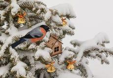Casa y campanas del juguete de la Navidad en picea Fotografía de archivo