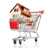 Casa y carro de compras Fotografía de archivo libre de regalías