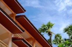 Casa y cielo azul Imágenes de archivo libres de regalías