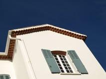 Casa y cielo azul foto de archivo