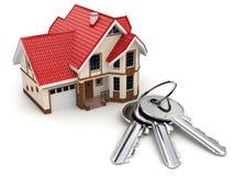 Casa y claves en el fondo blanco Imágenes de archivo libres de regalías