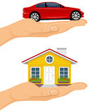 Casa y coche en manos Foto de archivo libre de regalías