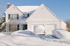 Casa y coches después de la tempestad de nieve Fotos de archivo