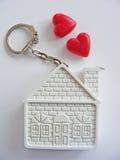 Casa y corazones conceptuales en el fondo blanco fotografía de archivo