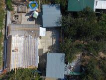 Casa y dependencias privadas Repare el tejado de la casa Imagenes de archivo
