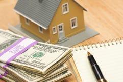 Casa y dinero con la pista y la pluma Fotografía de archivo libre de regalías