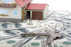 Casa y dinero miniatura. Imagenes de archivo