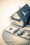 Casa y dinero miniatura. Fotografía de archivo libre de regalías