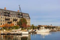 Casa y embarcadero grises con los barcos y los yates en el distrito de North End en Boston fotografía de archivo