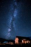 Casa y estrella de la noche Fotos de archivo libres de regalías