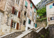Casa y fachada mediterráneas viejas en la ciudad de Kotor, Montenegro Paredes del edificio, ventanas con abierto y cerrado Fotos de archivo libres de regalías