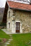 Casa y jardín empedrados imagen de archivo