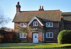Casa y jardín ingleses de la aldea del ladrillo rojo Imagenes de archivo
