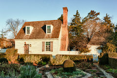 Casa y jardín viejos en Williamsburg colonial Foto de archivo libre de regalías