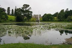 Casa y jardines de Powerscourt con el lago y la fuente en Enniskerry, Co Wicklow, Irlanda imagen de archivo