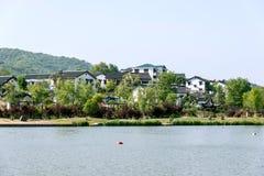 Casa y lago populares Foto de archivo libre de regalías