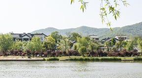 Casa y lago populares Imagen de archivo libre de regalías