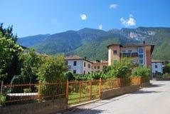 Casa y las montañas Foto de archivo libre de regalías