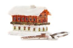 Casa y llave aisladas Imágenes de archivo libres de regalías