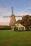 Casa y molino de viento en la vertical de Países Bajos Foto de archivo