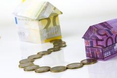 Casa y monedas euro de los billetes de banco Foto de archivo libre de regalías