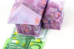 Casa y monedas euro de los billetes de banco Foto de archivo