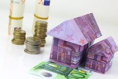 Casa y monedas euro de los billetes de banco Fotos de archivo