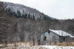 Casa y nieve viejas Imágenes de archivo libres de regalías
