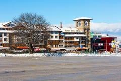Casa y panorama de las montañas de la nieve en la estación de esquí búlgara Bansko Fotos de archivo