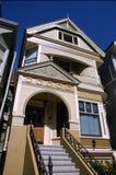 Casa y pasos de progresión de fila estrecha Fotografía de archivo