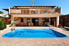 Casa y piscina Imágenes de archivo libres de regalías