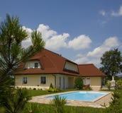 Casa y piscina Imagen de archivo