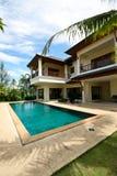 Casa y piscina. Imagen de archivo