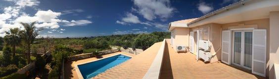 Casa y piscina tropicales fotografía de archivo libre de regalías