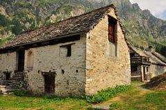 Casa y prado de piedra viejos en las montañas italianas Foto de archivo libre de regalías