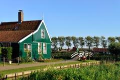 Casa y puente holandeses en de Zaanse Schans, Holanda Fotografía de archivo libre de regalías