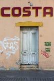 Casa y puertas coloridas del vintage con las pintadas, Mendoza Fotografía de archivo libre de regalías