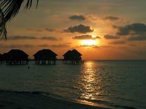 Casa y puesta del sol del agua de Maldives fotos de archivo libres de regalías