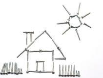 Casa y sol hechos por los tornillos Foto de archivo libre de regalías